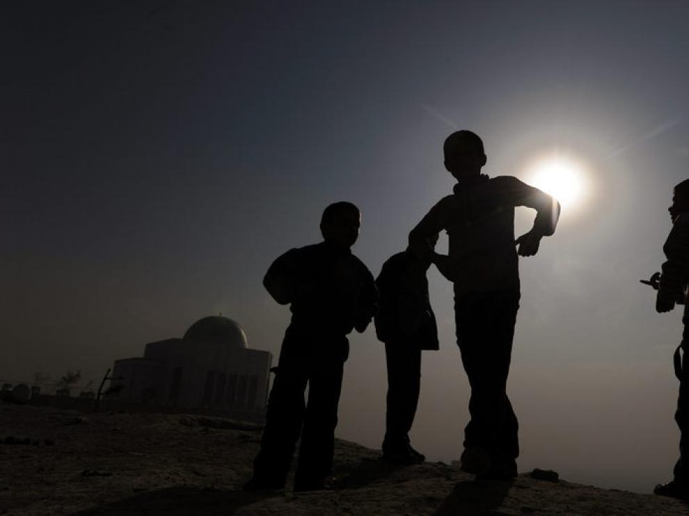 Niños afganos jugando al atardecer