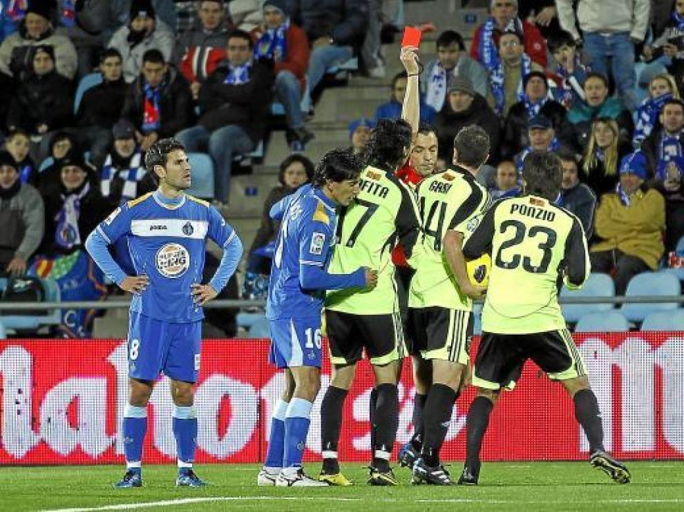 El colegiado Teixeira Vitienes muestra la tarjeta roja al zaragocista Ponzio.