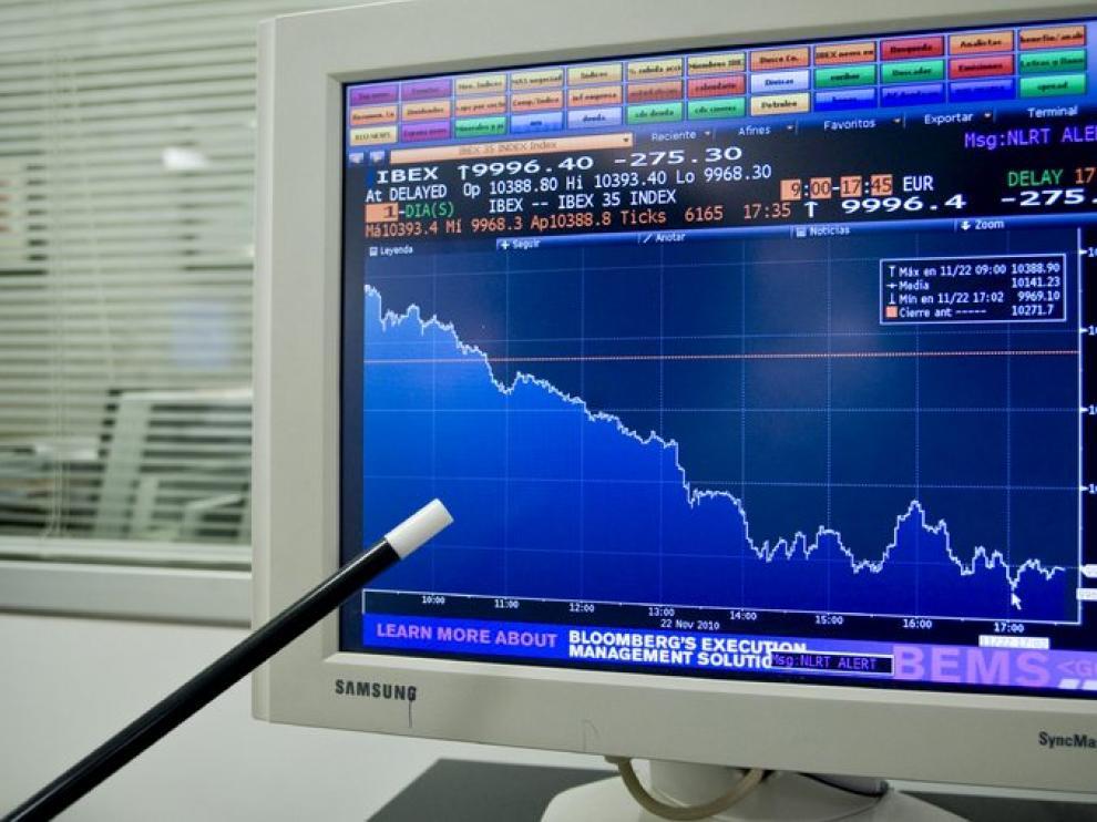 Una pantalla muestra la caída de la bolsa durante el día de hoy