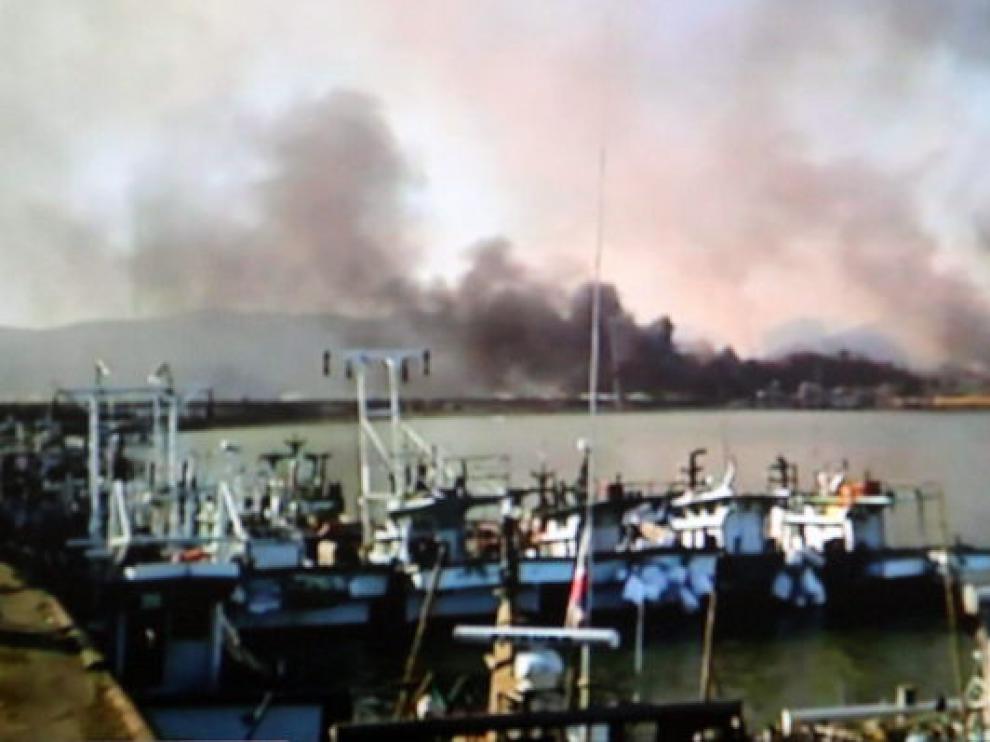 Columnas de humo en el lugar del ataque.
