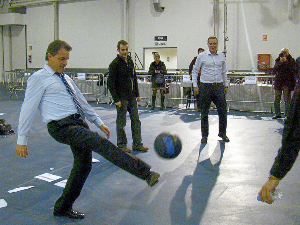 Mas juega al fútbol con los periodistas en la sede de TV3