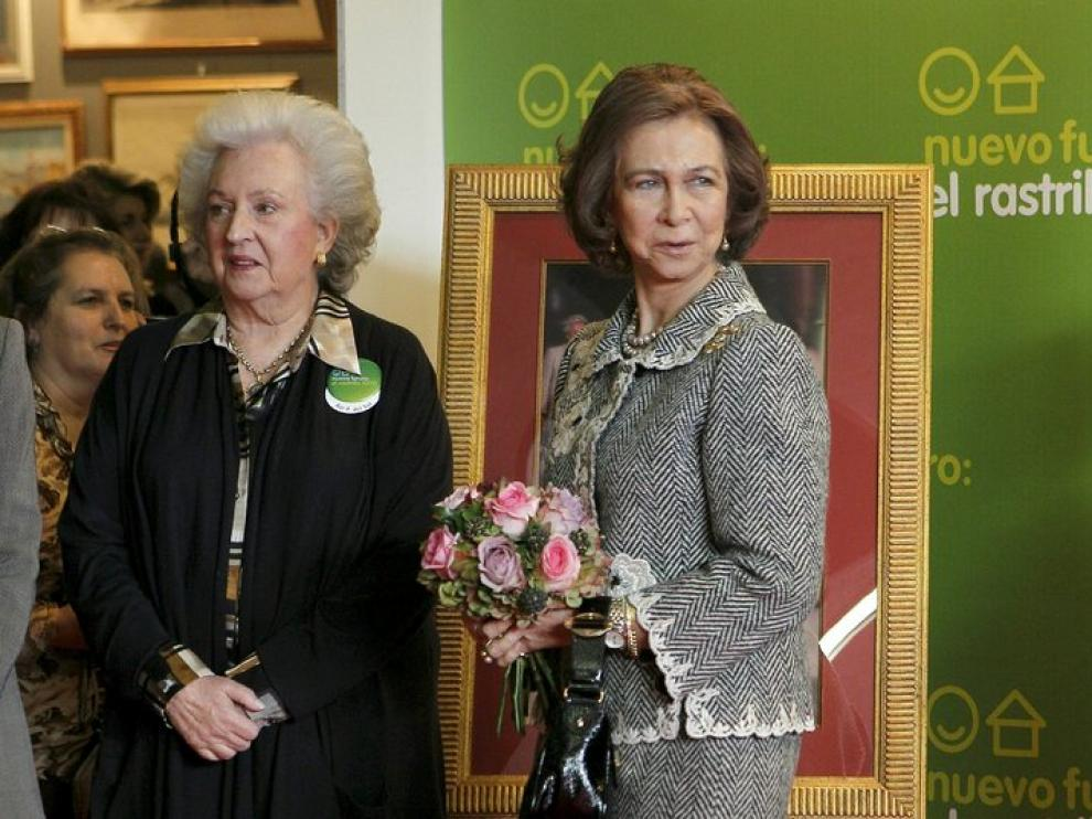 La reina, acompañada por la Infanta Pilar.