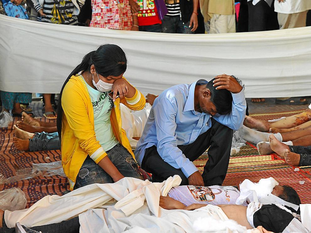 Dos camboyanos lloran la pérdida de su hermano.