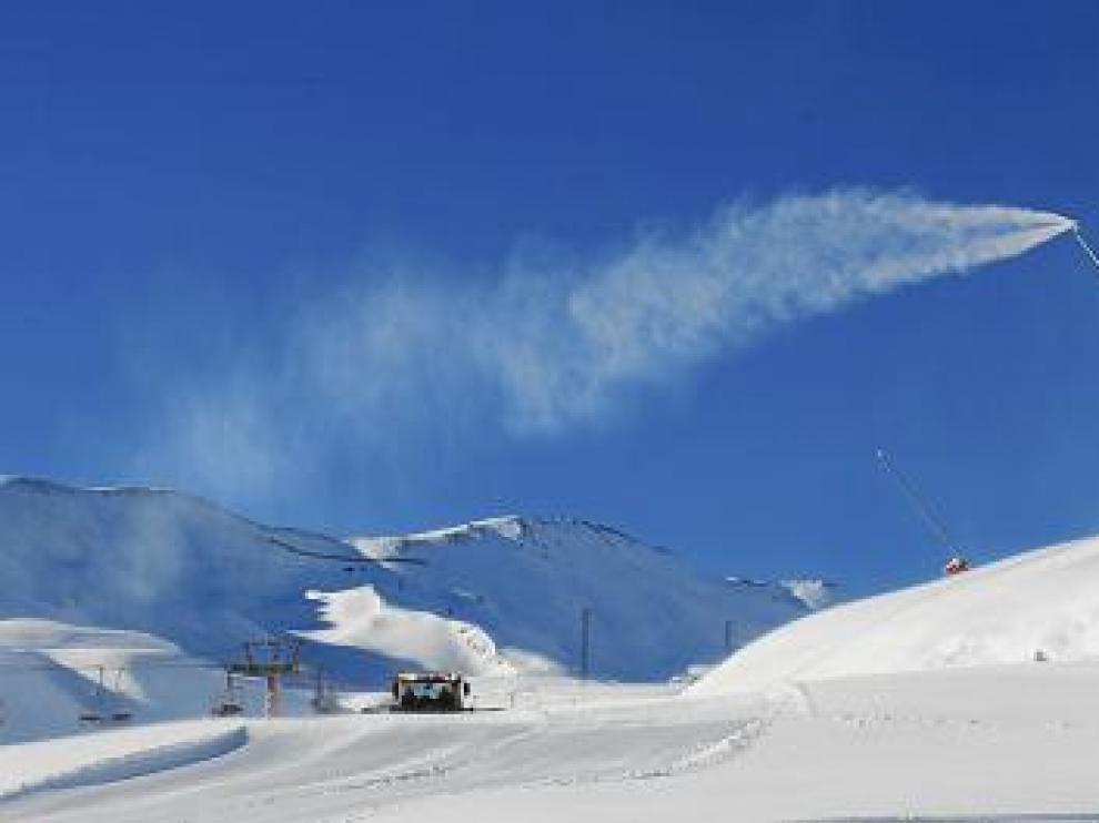 Formigal tenía ayer los cañones de nieve en funcionamiento.