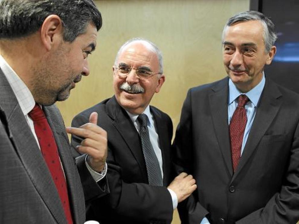 El consejero Alberto Larraz junto a su homólogo cántabro y el secretario de Estado, Carlos Ocaña.