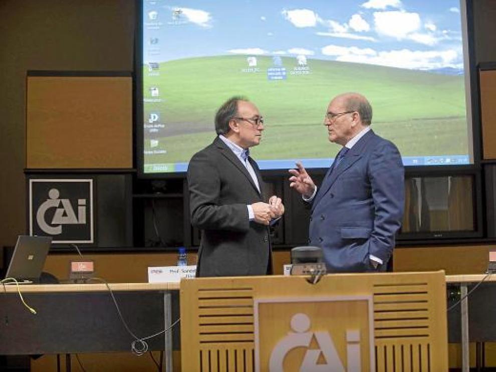 El diputado socialista Jesús Membrado y el profesor del IESE Sandalio Gómez, ayer en Zaragoza.