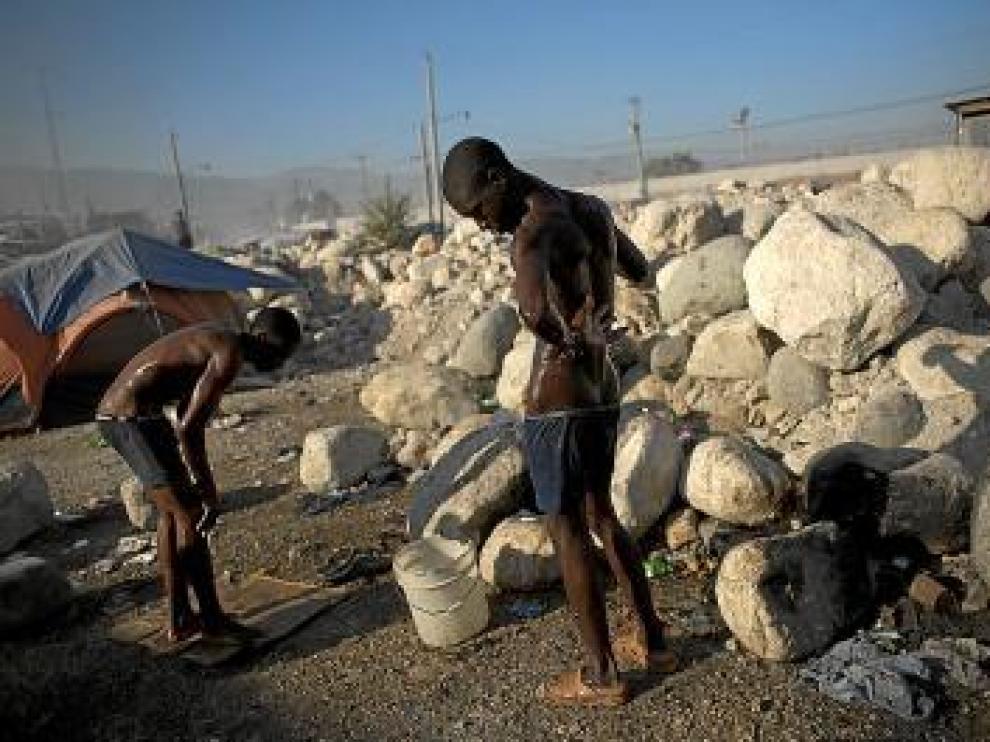 Dos jóvenes se asean en un mercado de Puerto Príncipe, ayer.