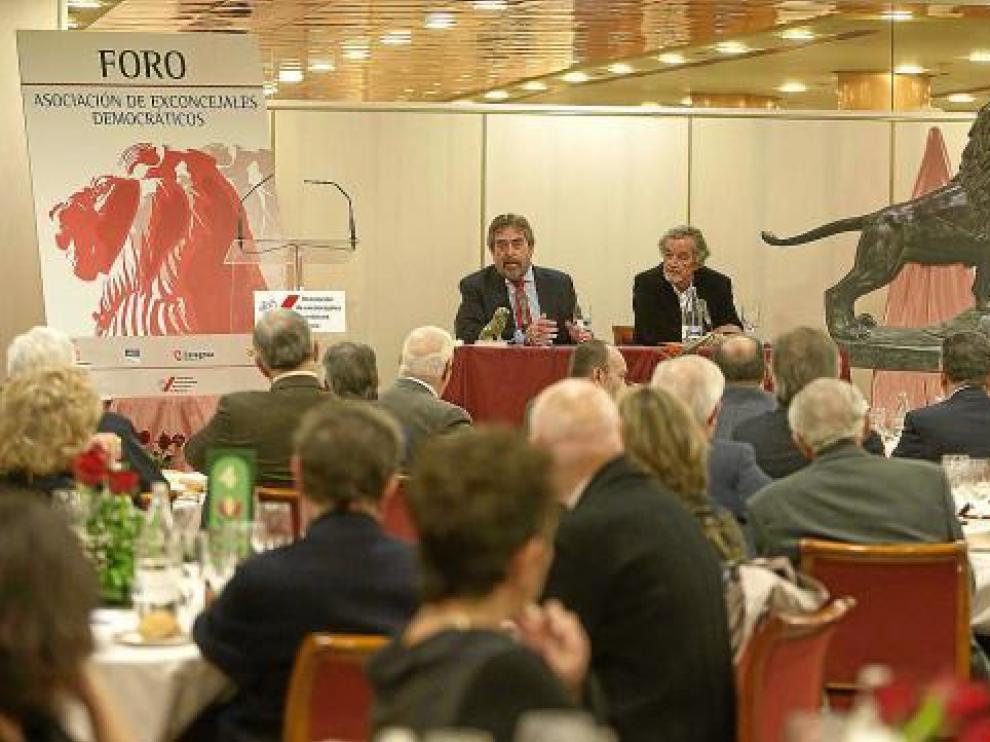 Belloch, con Luis García Nieto, presidente de la asociación de ex concejales.
