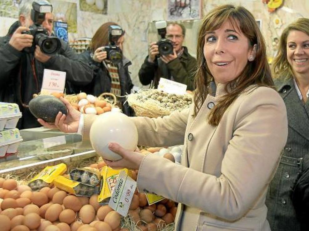Alicia Sánchez-Camacho, junto a María Dolores de Cospedal en el mercado de Sant Boi de Llobregat.