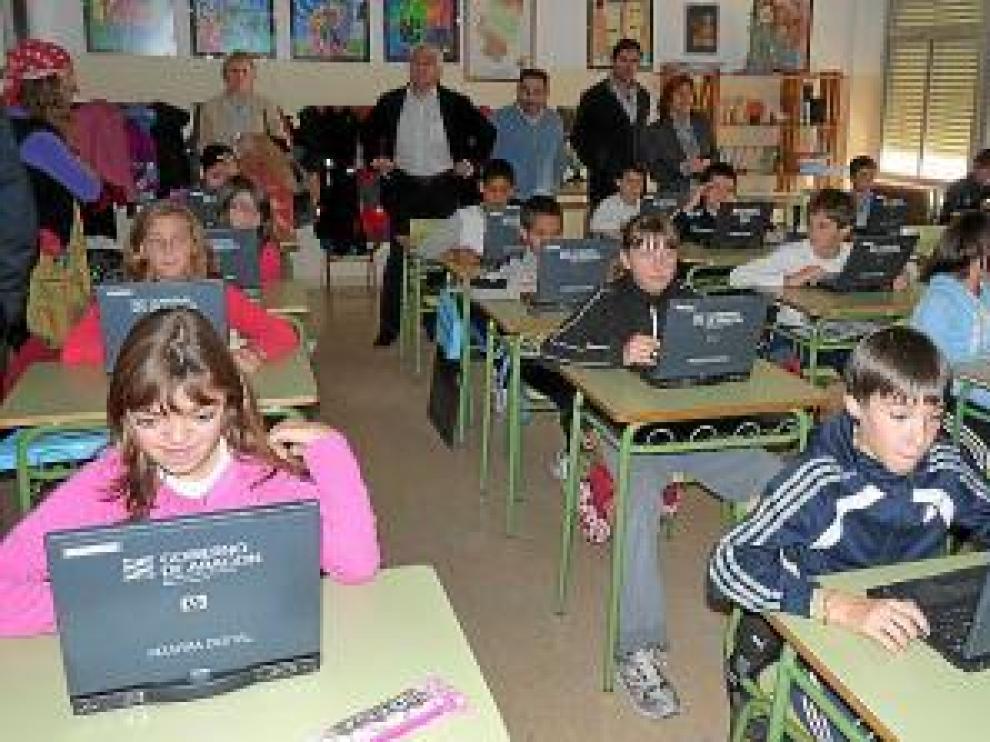 Alumnos del colegio Montecorona haciendo uso de las pizarras digitales