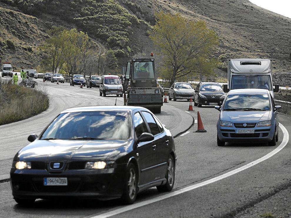 Estos días se da paso alternativo en un tramo entre Nueno y Arguis por las obras de asfaltado.
