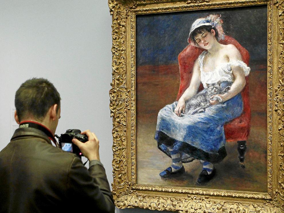 El fotógrafo retrata el lienzo ¿Muchacha dormida¿ (1880) de Pierre August Renoir.