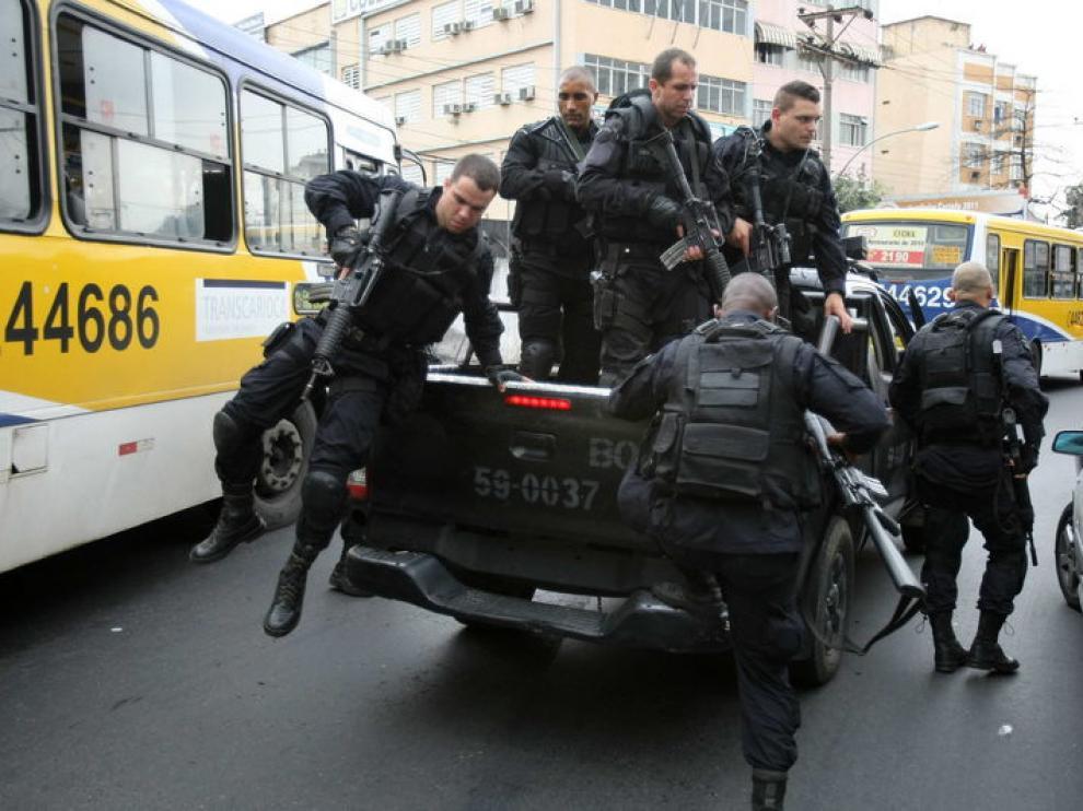 Patrulla policial en el barrio Peña.