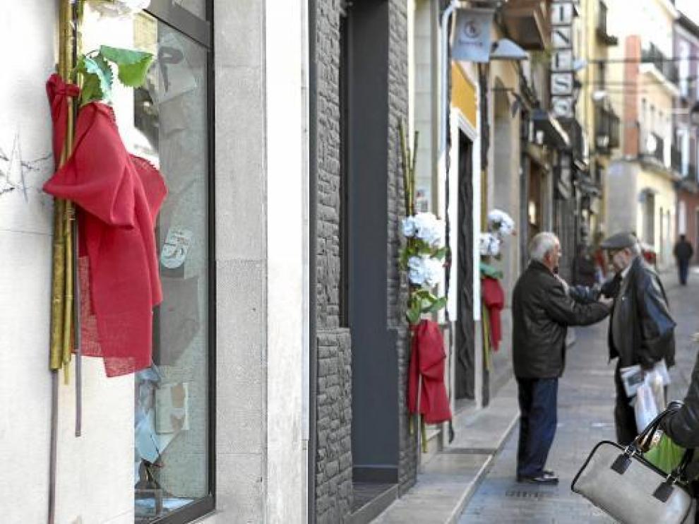 La Calle de la Correría, con motivos rojos y blancos, se prepara para las fiestas navideñas.