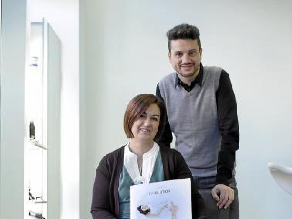 Marisol y Eduardo, con 'su' portada, en uno de sus locales.