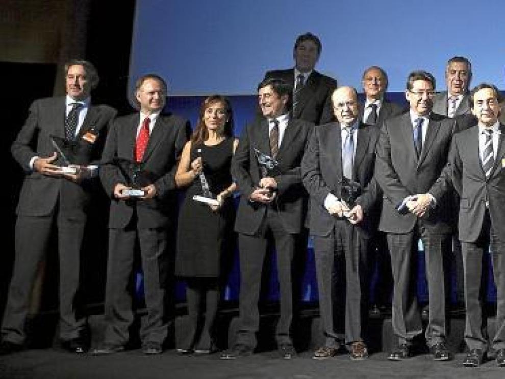 Foto de grupo de los galardonados en los I Premios ADEA a los mejores directivos y ejecutivos aragoneses, ayer.