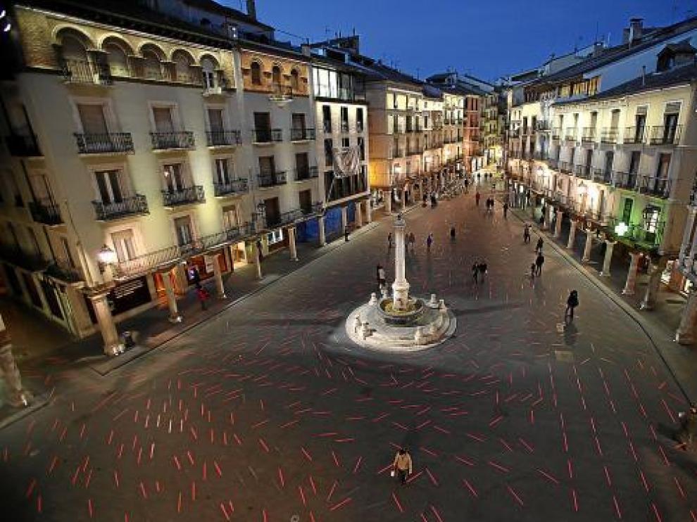 La plaza del Torico, salpicada de luminarias apagadas o con colores discordantes.