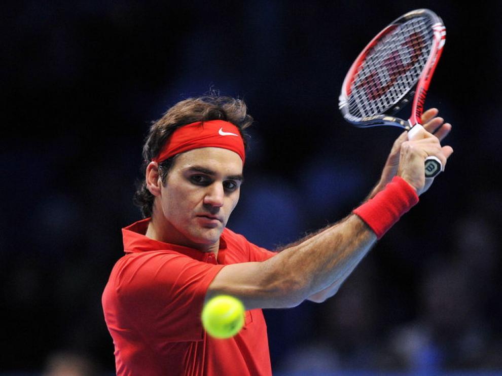 Federer devuelve la pelota.