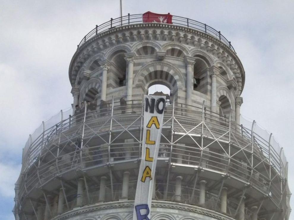 Estudiantes despliegan una pancarta en la Torre de Pisa.