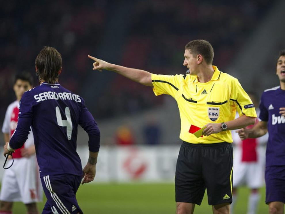 El árbitro expulsa a Ramos.