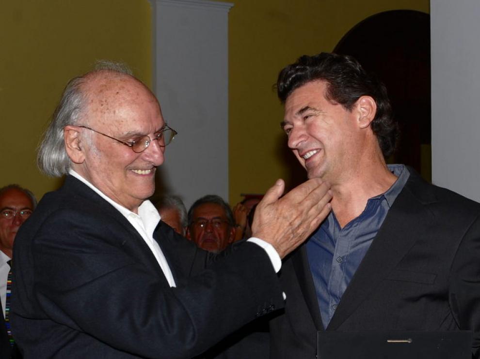 Carlos Saura (i) y Julio Medem se saludan en la gala de entrega de los Premios Luis Buñuel de Cine en Ciudad de México