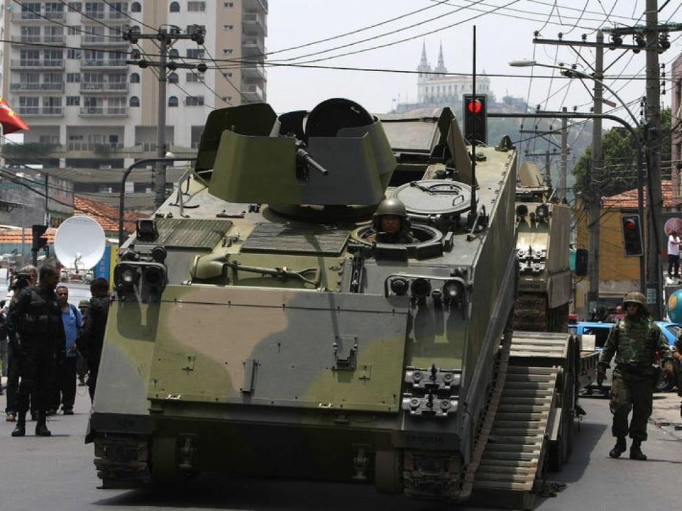 Tanques preparados para entrar en la zona controlada por los narcos en Río