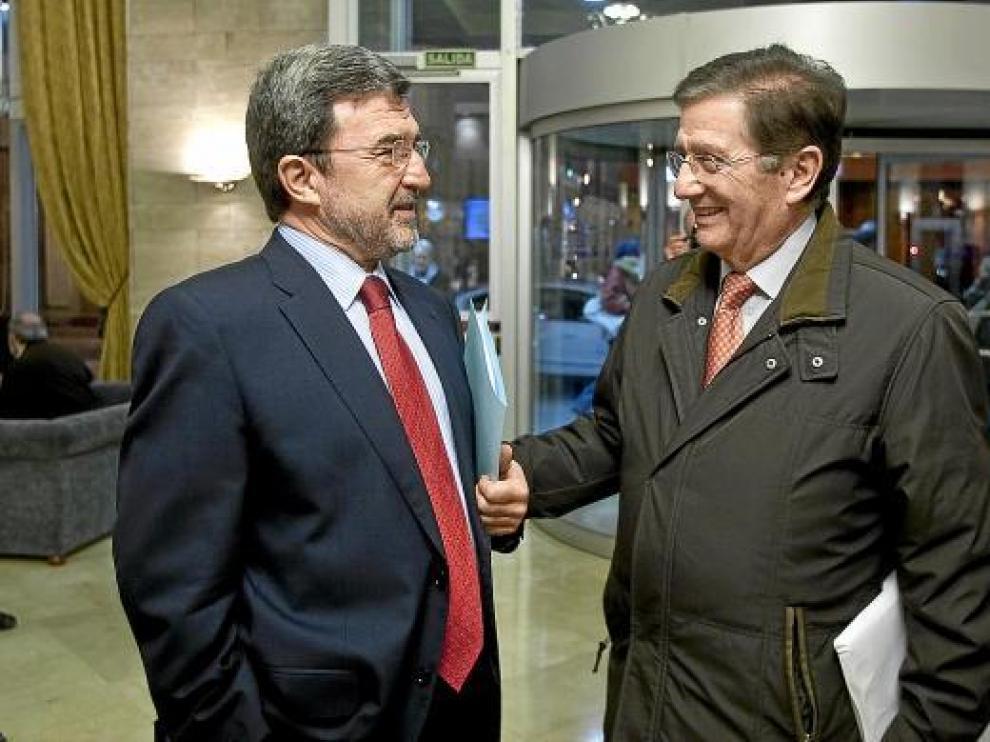 Miguel Ferrer charla con el senador y fundador del PAR, José María Mur.