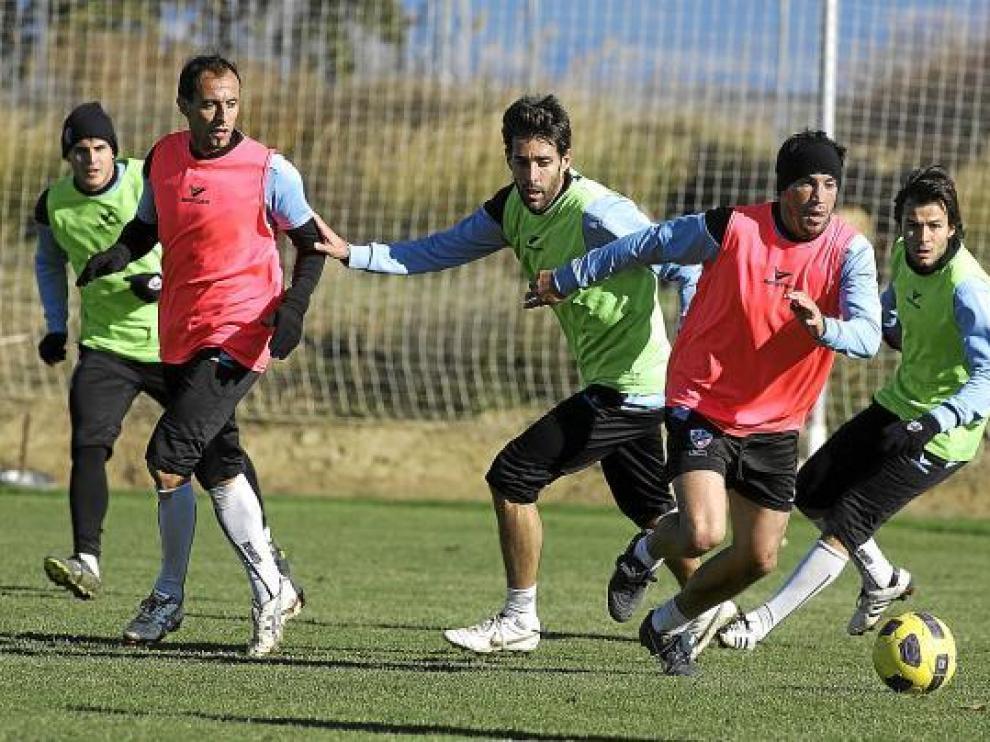 Joaquín Sorribas avanza con el balón, durante un entrenamiento del Huesca.