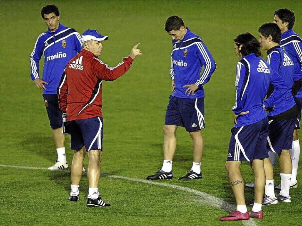 Javier Aguirre da indicaciones a sus jugadores durante un entrenamiento.