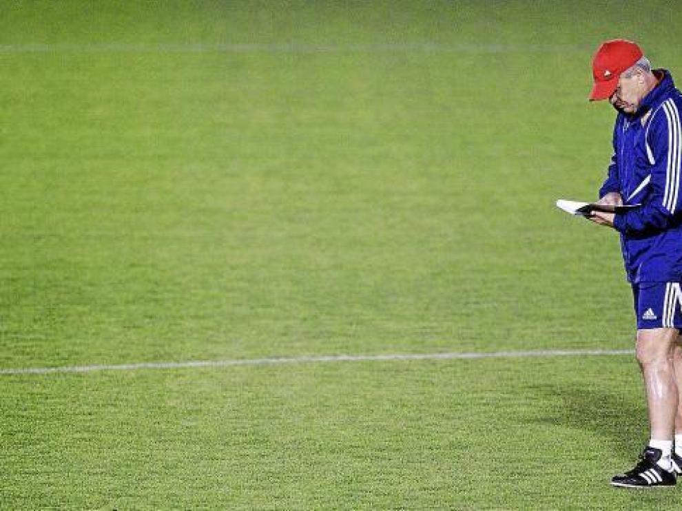 Aguirre consulta su libreta durante un entrenamiento en la Ciudad Deportiva.