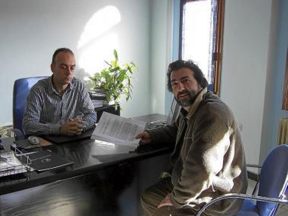 Un miembro de la plataforma, con el alcalde de Benabarre.
