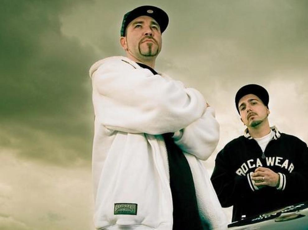 Imagen promocional de SFDK con sus dos integrantes: el rapero Zatu (i) y el Dj Acción Sánchez (d).