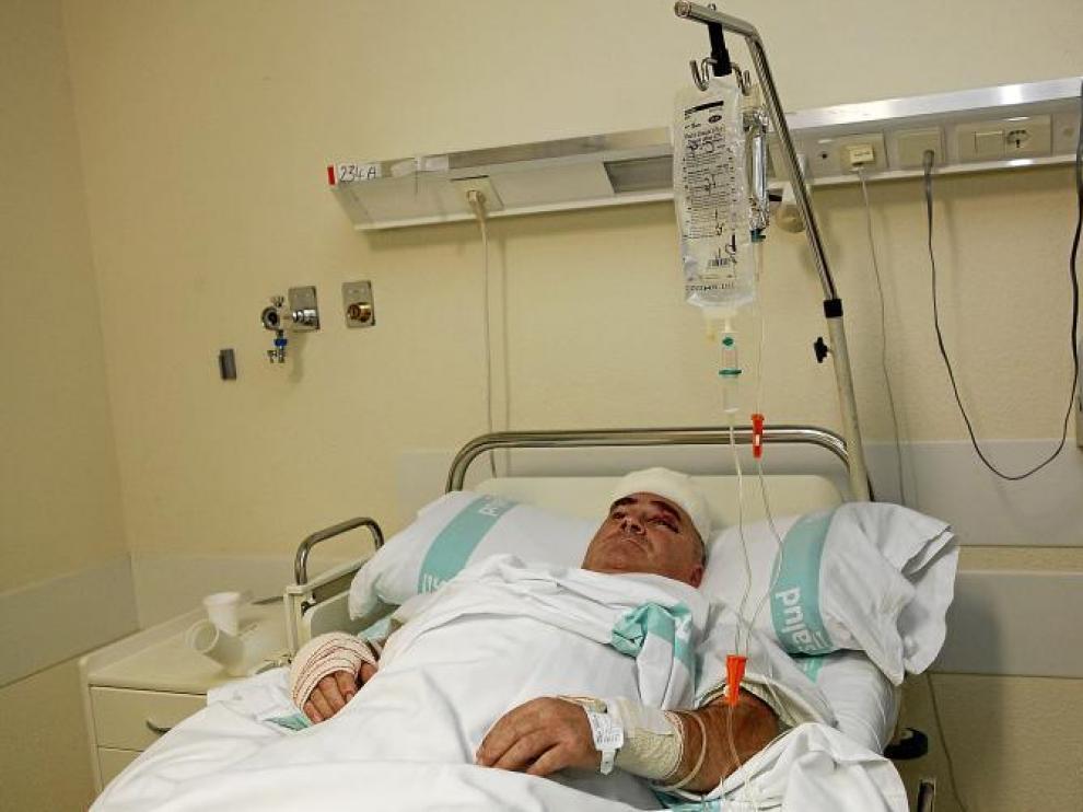 José Antonio Gómez, herido en el accidente de GM, ayer por la tarde en la habitación del Royo Villanova donde estaba ingresado.