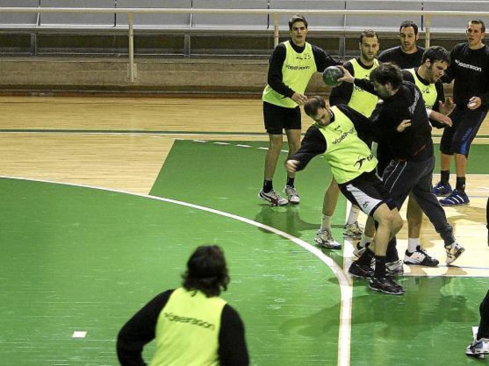 Bartolomé, con el balón, se abre paso entre sus compañeros en el último entrenamiento antes del partido de esta tarde.