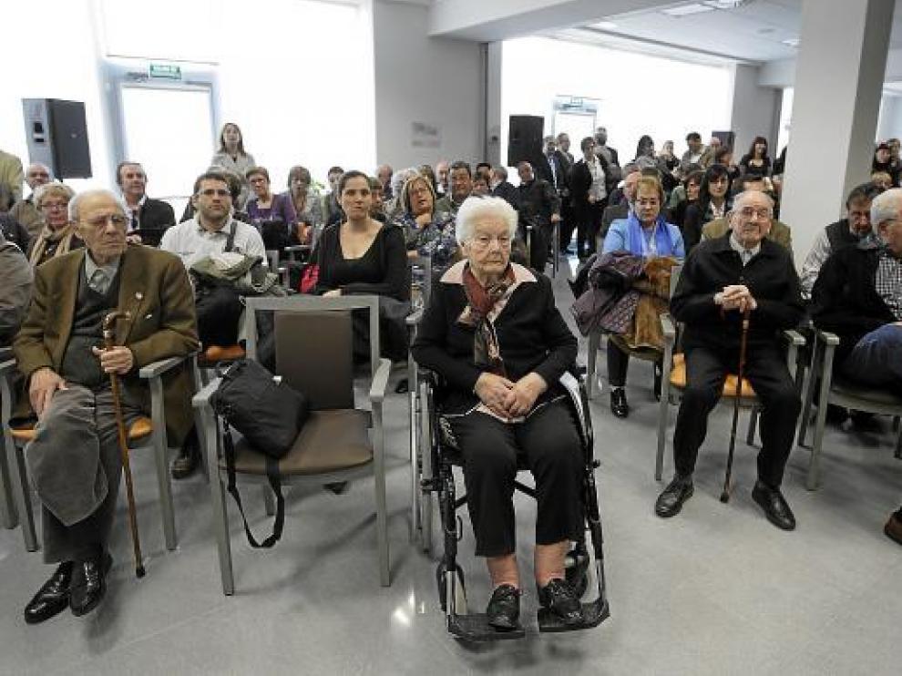 Junto a las autoridades, a la inauguración de la residencia asistieron muchos mayores.