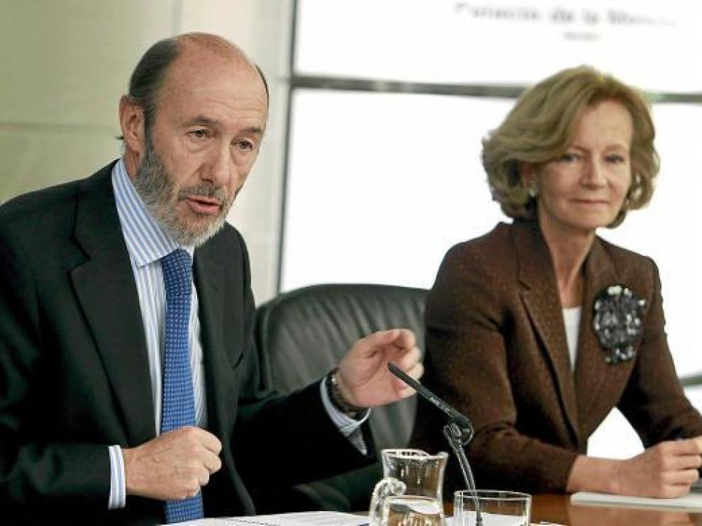Los vicepresidentes Alfredo Pérez Rubalcaba y Elena Salgado, en la rueda de prensa de ayer.