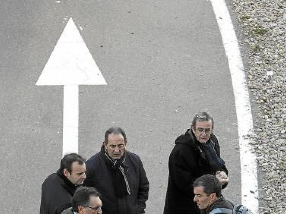 Cobo, junto a miembros del comité. De frente, Bona y Escudero.
