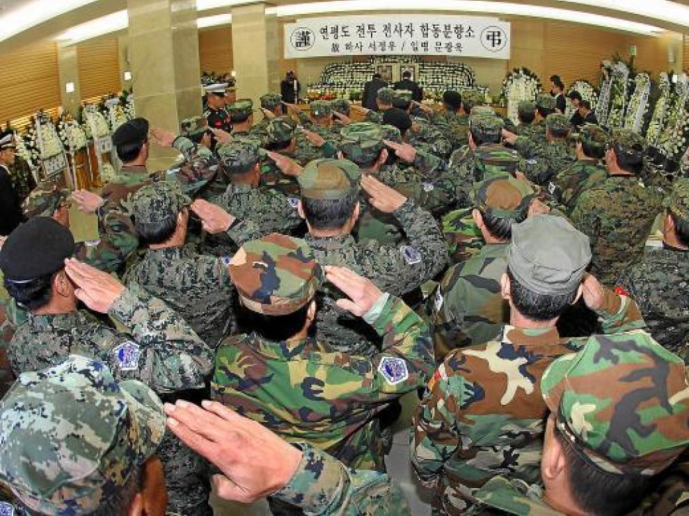 Militares surcoreanos rinden homenaje a los dos soldados muertos en el ataque, ayer en Seúl.