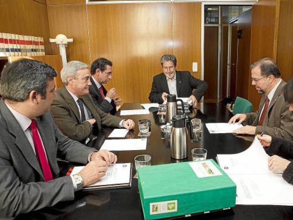 De izda. a dcha., Gamón, Sada, Peribáñez, Barrena, Fuster y la letrada, en la ponencia.