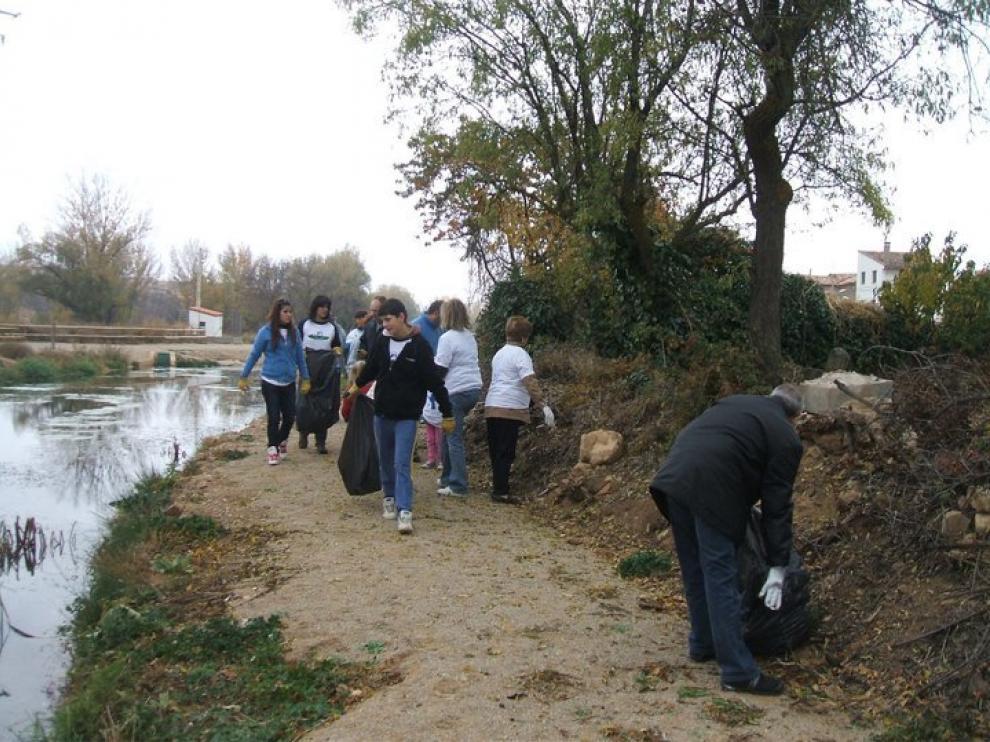 Los participantes realizaron labores de limpieza en las orillas.