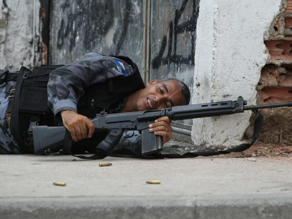 Un miembro del Ejército, durante los enfrentamientos
