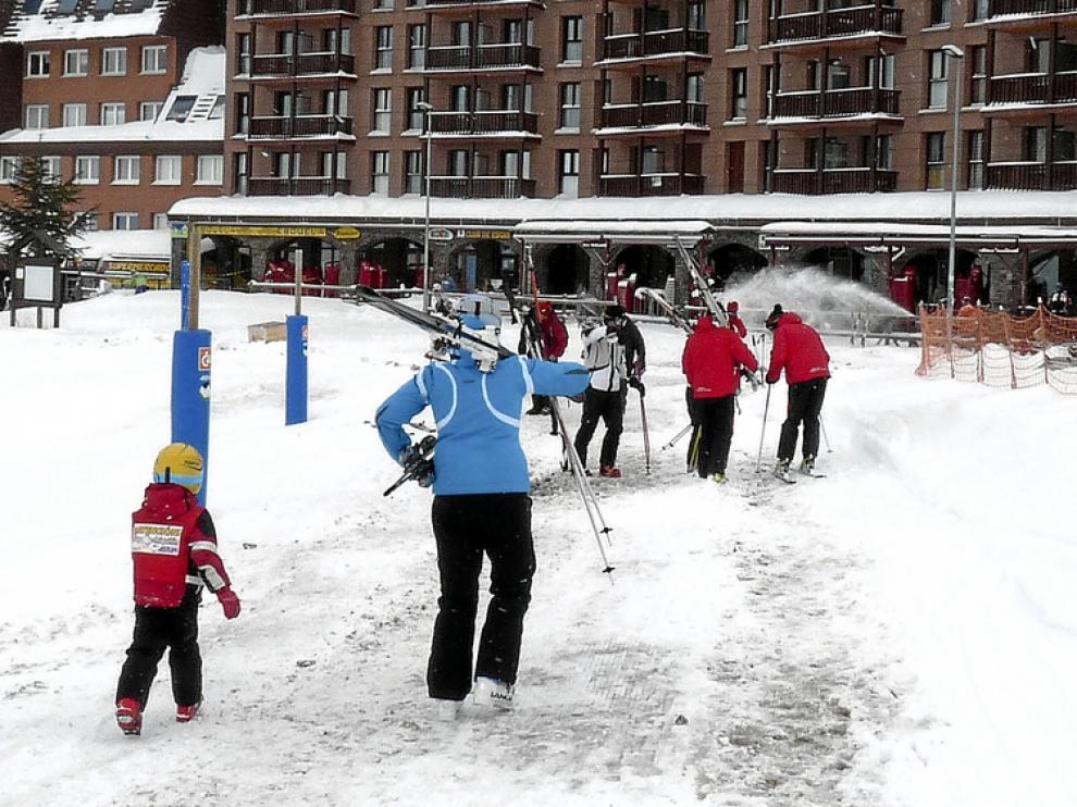Los primeros esquiadores de la temporada disfrutaron ayer de la nieve en la estación de Astún