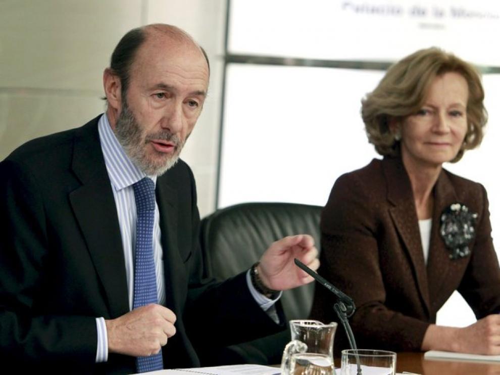 Rubalcaba y Salgado tras el Consejo de Ministros.