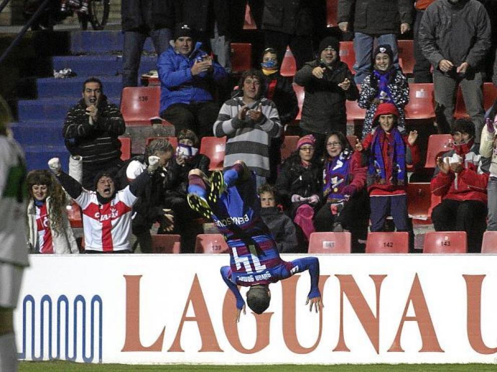 Gilvan realiza una voltereta espectacular tras conseguir el primer gol para el Huesca en la tarde de ayer.