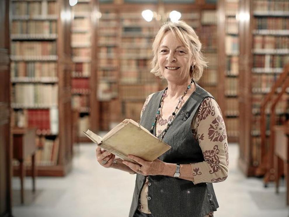Soledad Puértolas, en la biblioteca de la Real Academia.