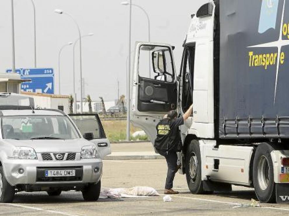 La Guardia Civil recogió muestras de todo tipo en la cabina del camión.