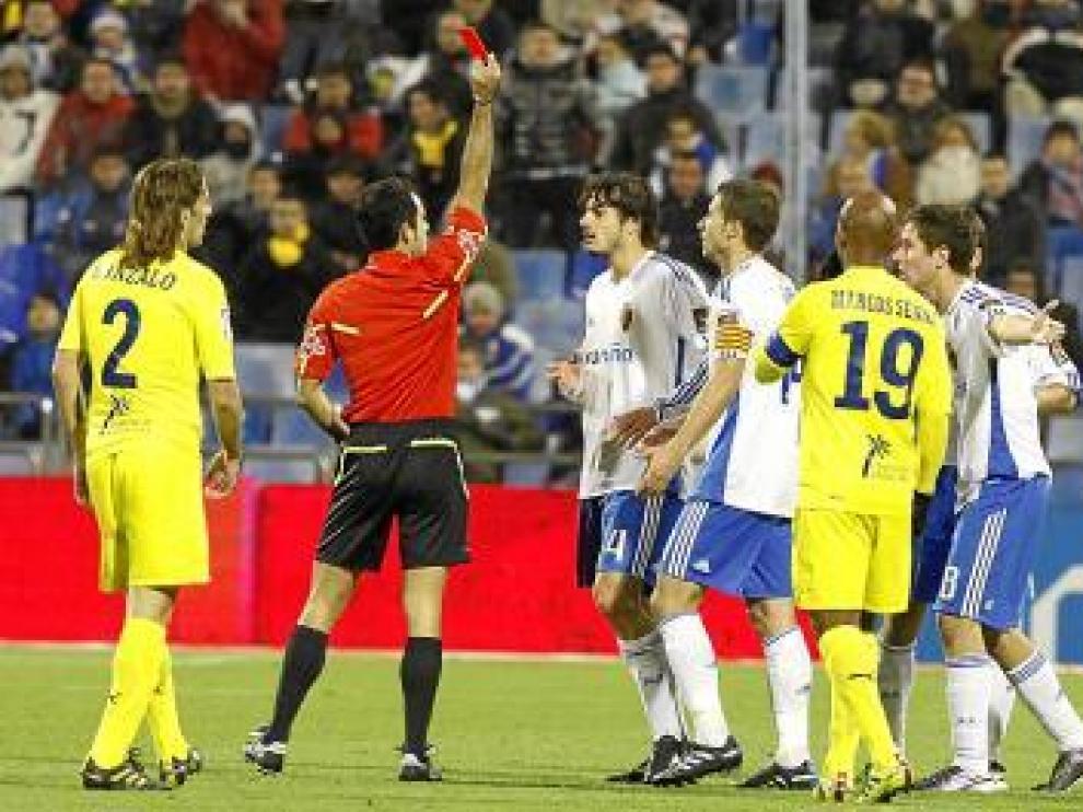 El árbitro expulsa a Contini en el minuto 63.