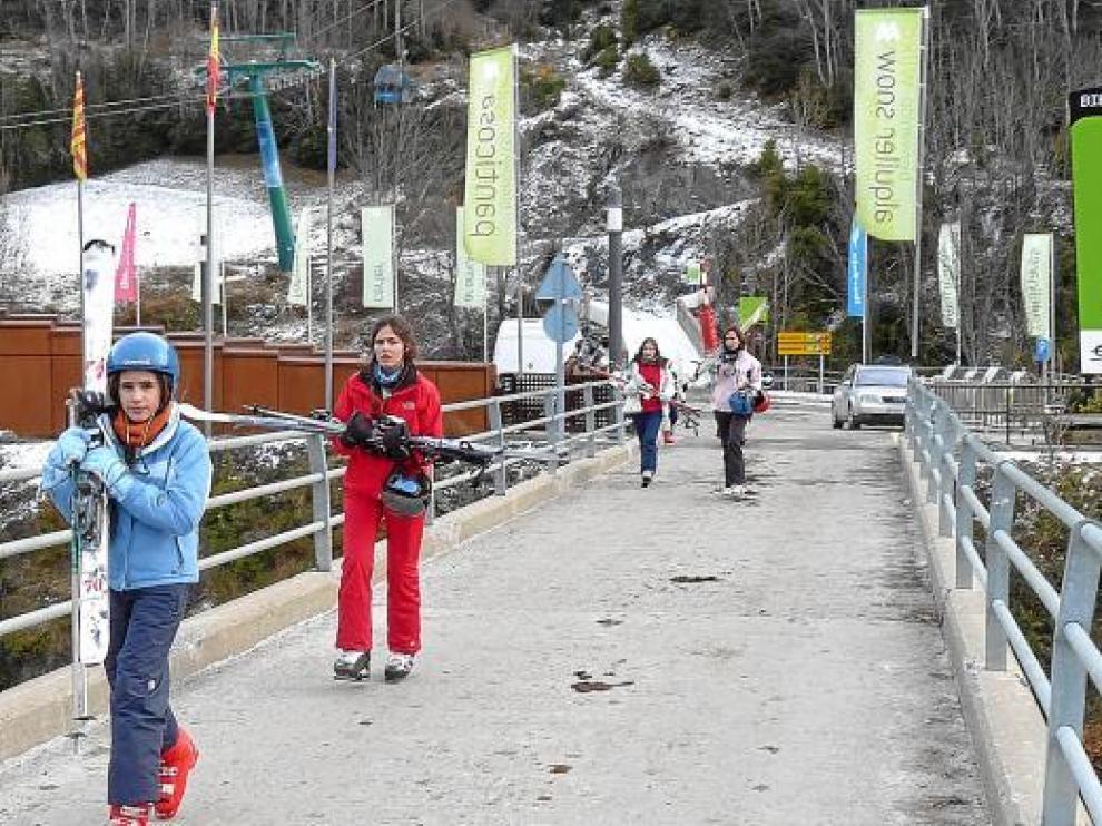 Los primeros clientes de Panticosa esquiaron muy a gusto y sin aglomeraciones.