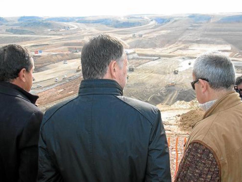 Josep Puxeu, a la izquierda, y Marcelino Iglesias visitaron las obras del embalse de San Salvador.