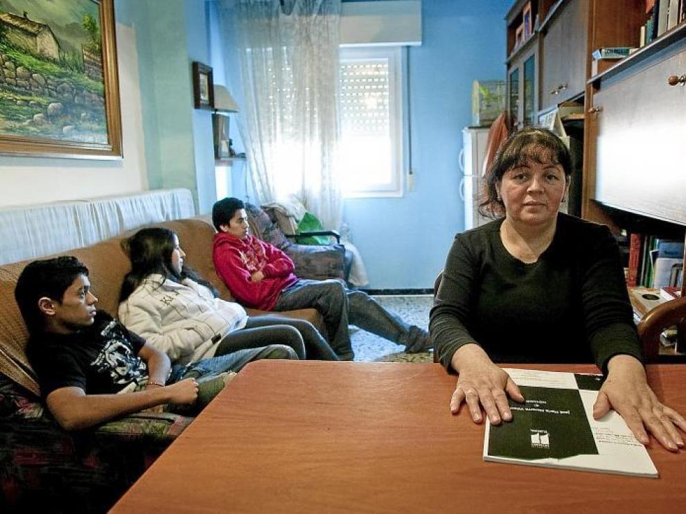 Neli Vivas, una inmigrante ecuatoriana de 47 años, en el piso de alquiler de Las Fuentes donde vive ahora con sus cuatro hijos.